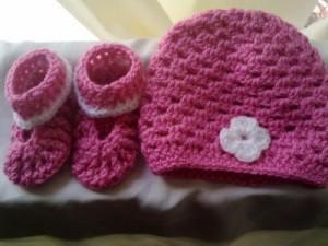 סט כובע ונעליים סרוגים לתינוקות